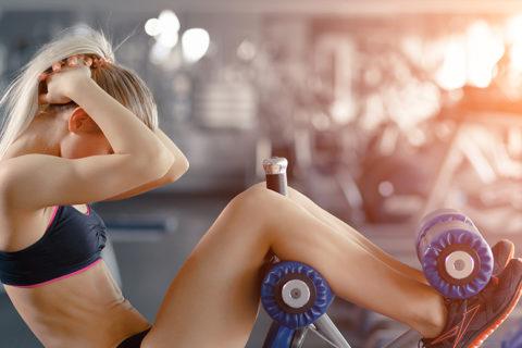 una ragazza si allena in palestra